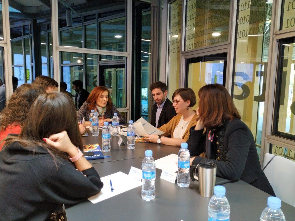 Escuelab trabajando con sus mentores de Allianz